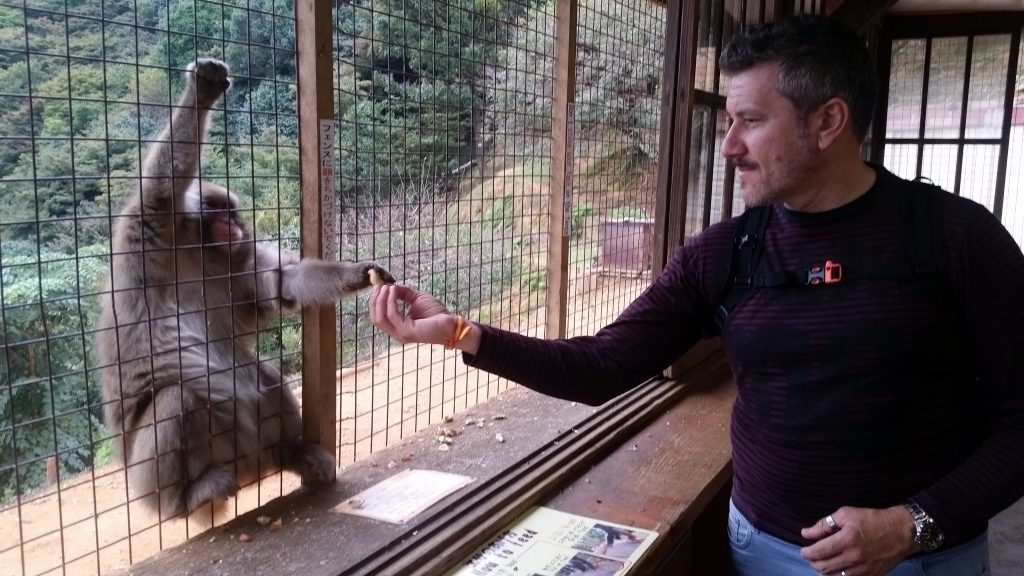 Pelayo dando de comer al macaco