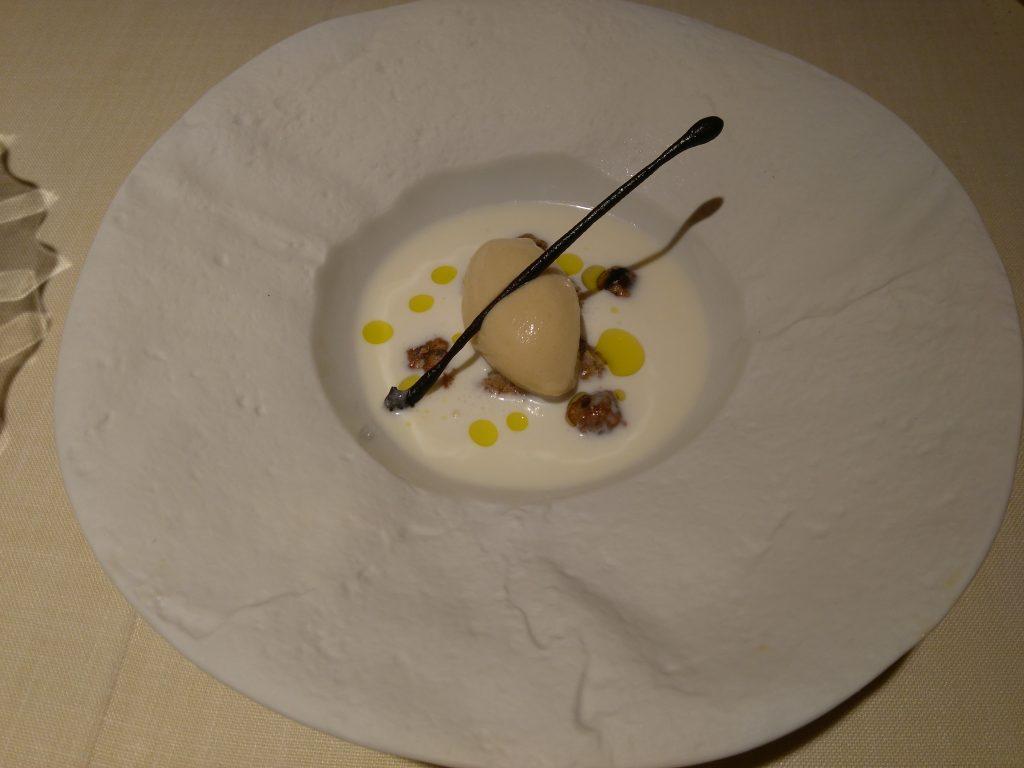 Restaurante Auga: Sopa de queso de cabra, avellanas en dos texturas, aceite de oliva y helado de miel